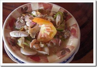 Ceviche, podawane z chiples czyli cieniuśkimi frytkami platanowymi