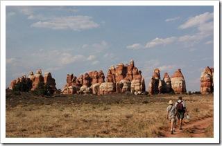 Mniej więcej w połowie osiemnastokilometrowego spaceru po Needles w Canyonlands