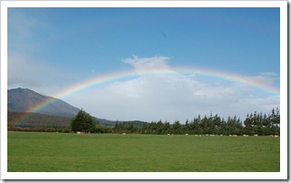 Droga do Te Anau - pada przed nami za nami tęcza