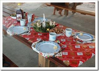 Wigilijny stół na kempingu w Noosa prawie gotowy