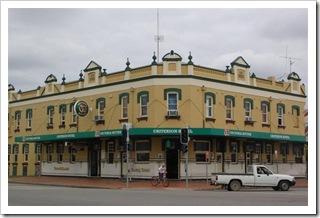 Typowy hotel z pubem na dole