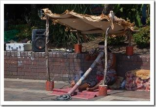 Uliczny sprzedawca CD prezentuje umiejętności gry na didgeridoo