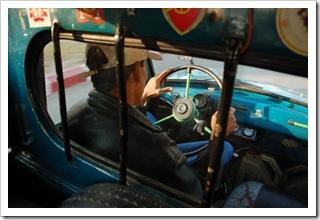 Taksówkarz w swojej Maździnce